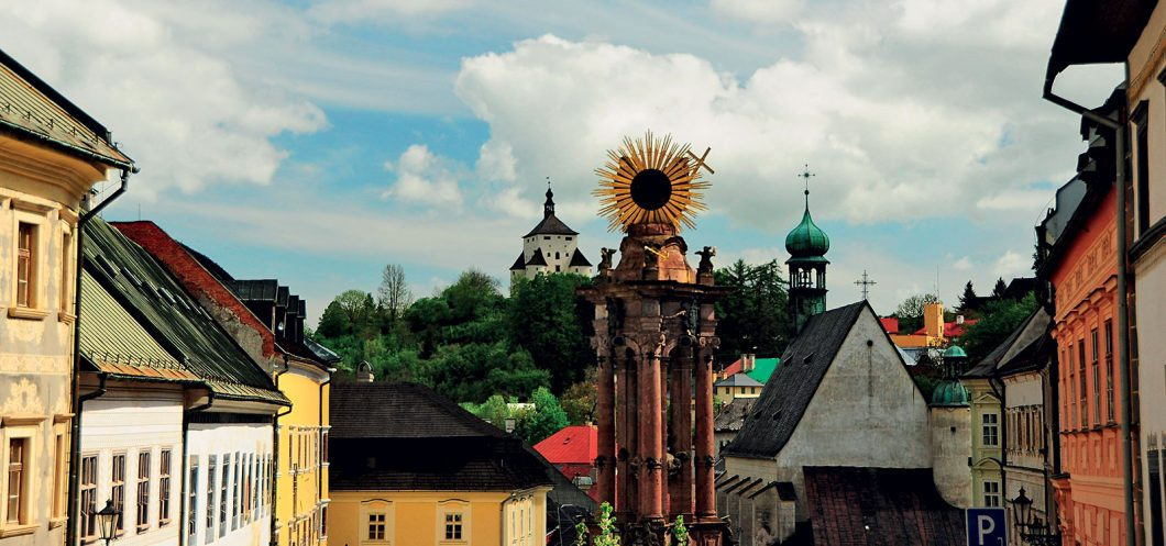 Banska Stiavnica - Namestie svatej Trojice - leto - vyhlad - Morovy stlp